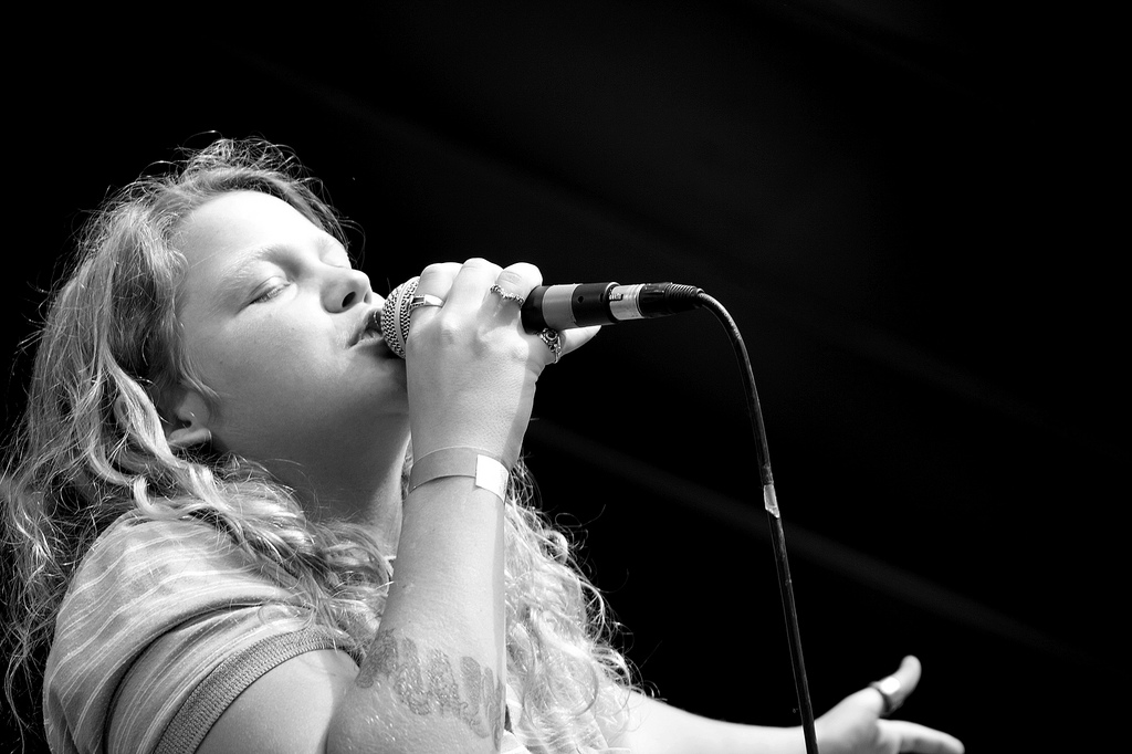 Kate Tempest am Singen mit Mikrofon